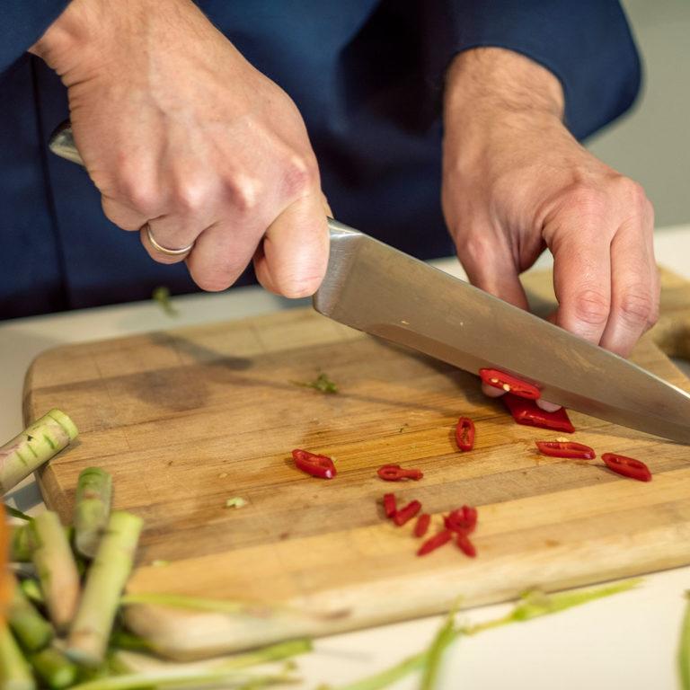 kucharz do wynajęcia Jan Szlachta kroi warzywa