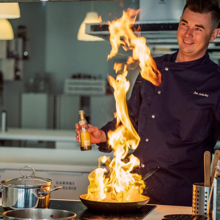 kucharz do wynajęcia Jan Szlachta z płonącą patelnią