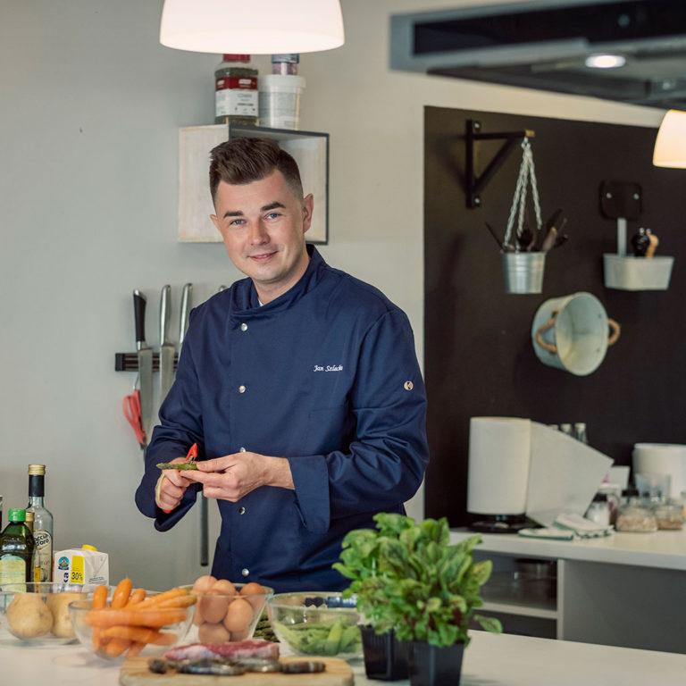 kucharz do wynajęcia - Jan Szlachta obiera szparagi